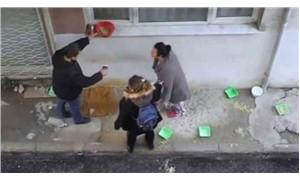 Sokakta kedi beslediği için komşularının saldırısına uğradı