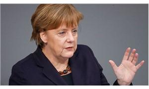 Merkel: Türkiye gözlemcilerin sorularını yanıtlamalı
