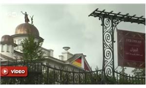 Büyükelçilik binasındaki kadın göğsünü kapattılar