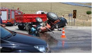 Otomobil traktörle çarpıştı; 6 yaralı