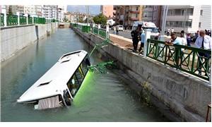 Otomobille çarpışan halk otobüsü kanala uçtu: 5 yaralı