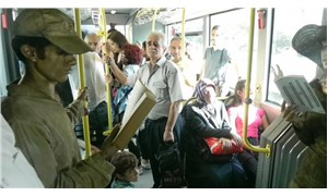 Metrobüste 'telefonu bırak, kitap oku' performansı