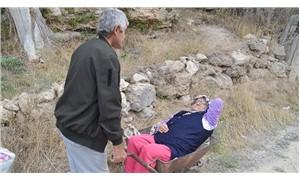 Sağlıkta el arabalı taşıma: Felçli eşini el arabasında hastaneye götürüyor