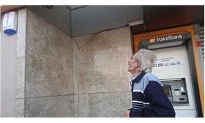 Banka şubesine sandalye bacağıyla saldırdı