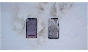 'Telefon dayanıklık testi' için telefonları yaktı