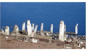 Mezarlık ziyareti için suların çekilmesini bekliyorlar