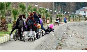 Belediye Başkanı bisiklete bindikleri için saldırıya uğrayan kadınlardan özür diledi