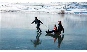 Buz tutan Çıldır Gölü üzerinde keyifli anlar
