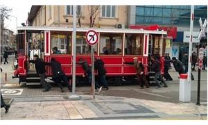Bozulan nostaljik tramvaya çevredekiler el attı