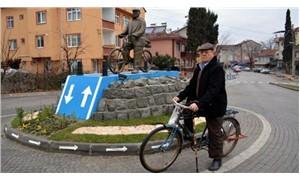 52 yıldır bisiklete binen kişinin heykeli dikildi