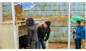 Çocuklar, Atatürk büstü ıslanmasın diye şemsiye tuttular