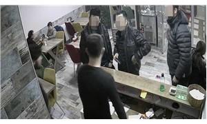 Polisler kokoreççide garsonu dövdü, işletmeciye silah çekti