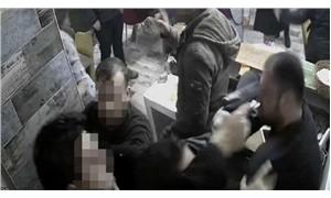 Kokoreççinin başına silah dayayan polisin silahına el kondu