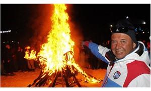 Kayak öğretmenleri, federasyonu protesto etmek için kayak takımlarını yaktı