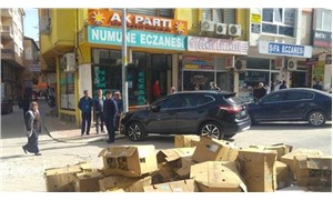 AKP önünde protesto: 25 koli tütünü döktü