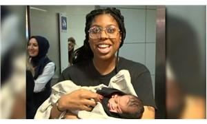 Amerikalı annesinin otel odasında doğurduğu bebek ülkesine döndü