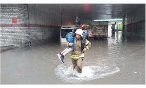 İncirli alt geçidini su bastı, araçlar mahsur kaldı
