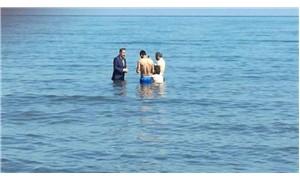 Saadet Partisi milletvekili adayı Bilgiç, denize girip oy istedi