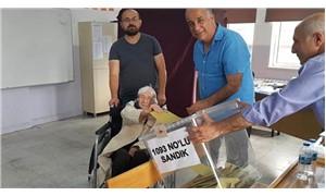 104 yaşında tekerlekli sandalyeyle sandık başına gitti
