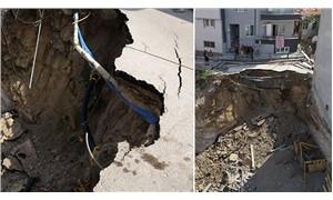 Çöküşlerde bugün: Bina inşaatının temel kazısında toprak kaydı, yol çöktü
