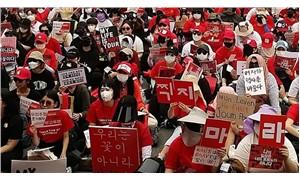 Güney Koreli kadınlar ayakta