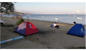 Avşa'da yer bulamayan tatilciler kumsalda sabahladı
