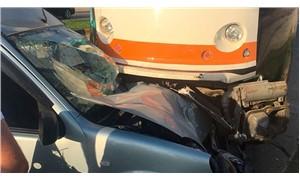 Tramvay ile hafif ticari araç çarpıştı: 1 yaralı