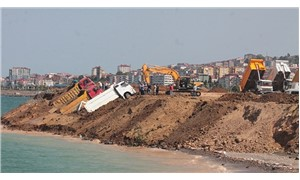Trabzon'da deniz dolgusu çöktü: 3 kamyon kıyıda asılı kaldı