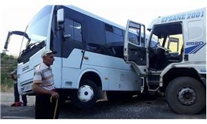 Antalya'da kamyon, öğrenci servisine çarptı: 3 yaralı