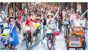 Kadınlar bisikletle sokağa çıkıyor