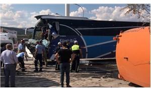 Yolcu otobüsü temizlik aracına çarptı: 1 ölü, 17 yaralı