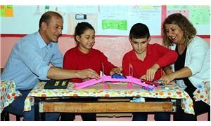 Köy okullarını gönüllü dolaşarak çocuklara bilimi sevdiriyorlar