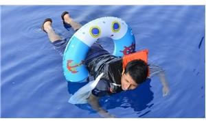 Çocuk can simidi ve 1 ekmekle yüzerek Yunanistan'a kaçmak istedi