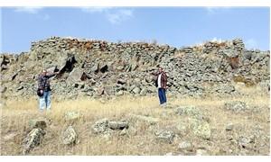 Tarihi kaleye zarar vererek mezar taşlarını götürdüler