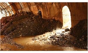 Dersim'de selin taşıdığı taş ve toprak yolları kapattı
