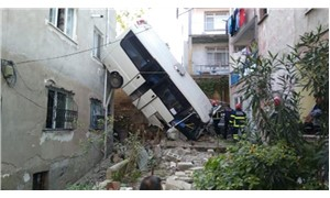 Yolcu minibüsü, iki bina arasındaki boşluğa uçtu: 20 yaralı
