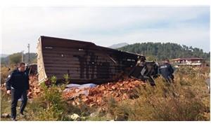 Tarlaya uçan kamyondaki tuğlalar, işçilerin üzerine devrildi: 4 yaralı