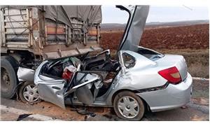 Otomobil, emniyet şeridinde duran TIR'a çarptı: 4 ölü
