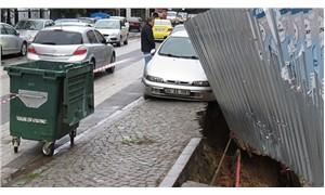 Maltepe'de kaldırım çöktü, park halindeki araç askıda kaldı