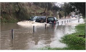 Florya'da su baskını oldu, araçlar yolda kaldı