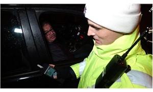 Alkollü sürücü polisleri görünce yan koltuğa geçti