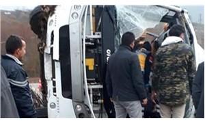 Cenazeden dönenleri taşıyan midibüs devrildi: 19 yaralı