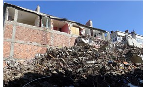 Yan bina yıkılınca duvarsız yaşadıklarını öğrendiler
