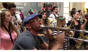 Fransız sokak müziği grubu İstiklal Caddesi'ni coşturdu