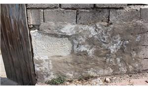 Tarihi eserler, evlere duvar olmuş