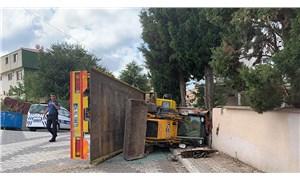 Üsküdar'da iş makinesi taşıyan kamyon bahçe duvarına çarptı