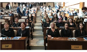 İBB Meclisi'ndeki CHP'li kadınlar, kadın cinayetlerine dikkat çekmek için siyah giyindi
