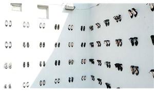 Kadın cinayetlerine dikkat çekmek için 440 çift ayakkabı duvara asıldı