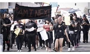 Güney Afrika'da kadınlar, kadın cinayetlerine ve cinsel saldırılara karşı sokakta