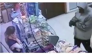 Utangaç hırsız kasiyerin telefon konuşmasını bölemedi, soygun yarıda kaldı